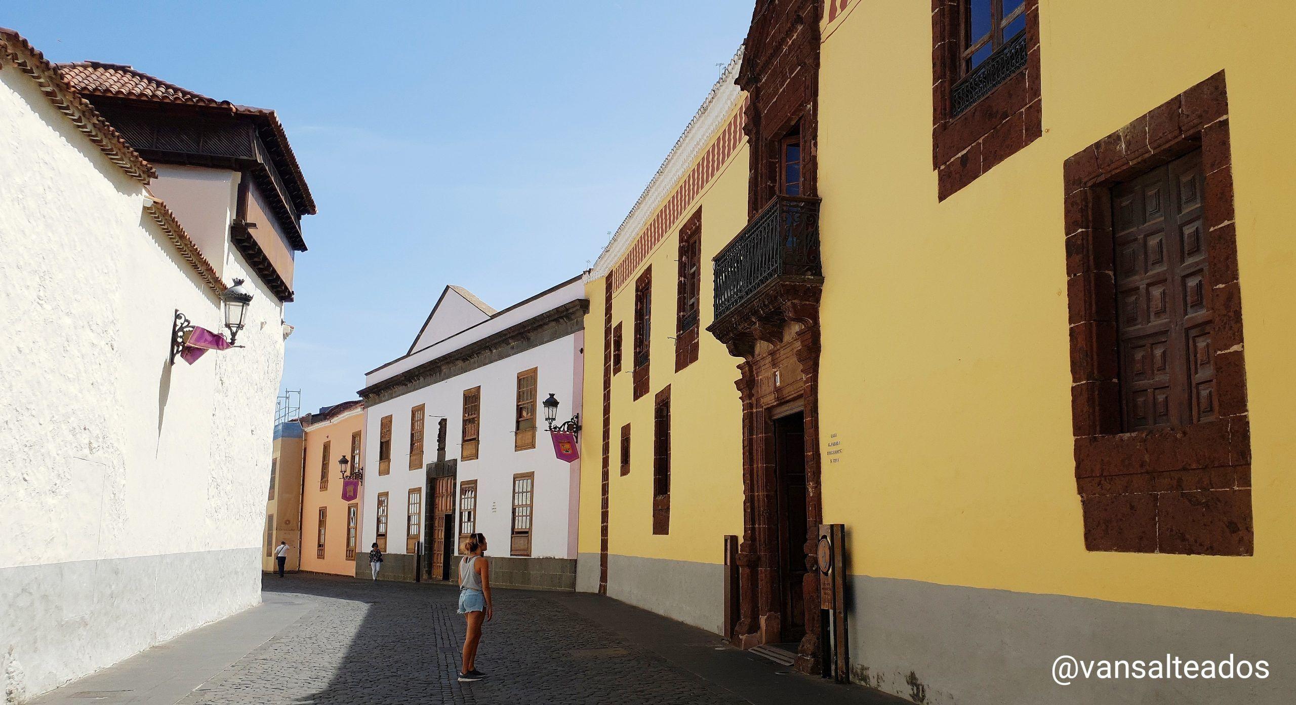 Calles empedradas y edificios de La Laguna