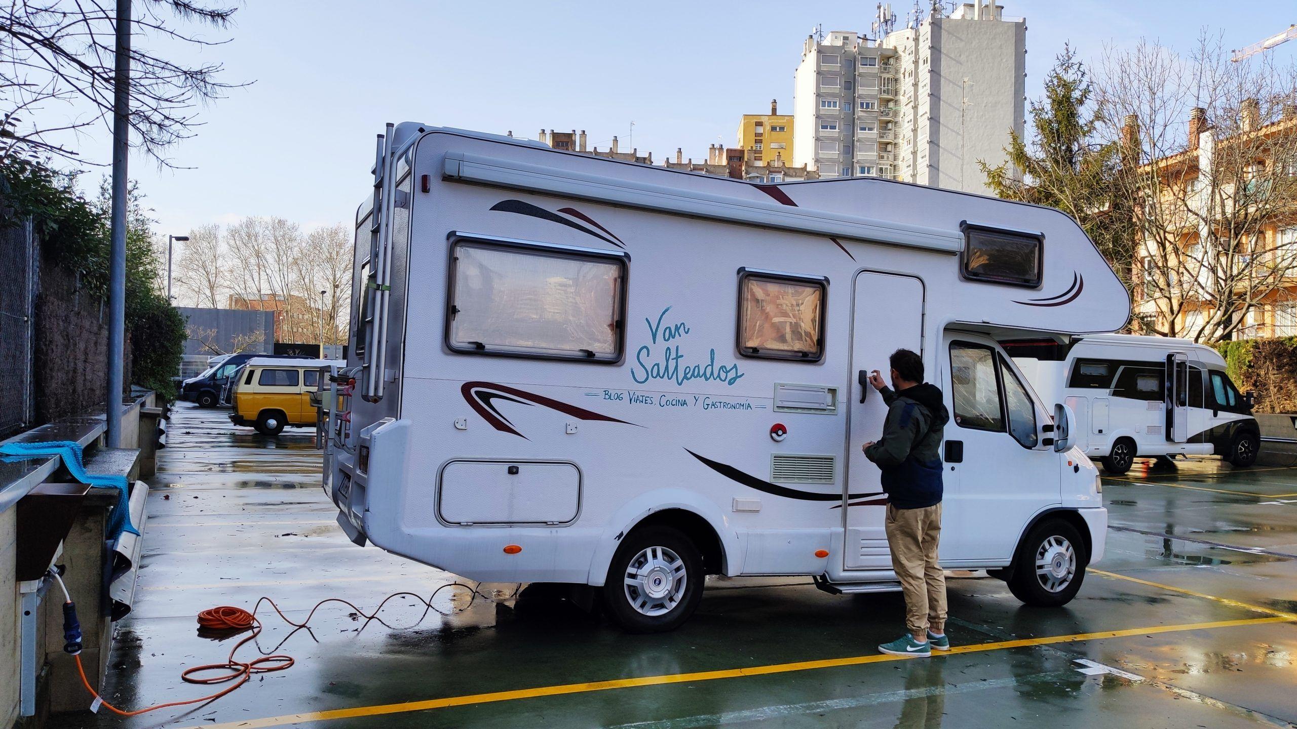 Caravana aparcada en el parking Devesa, Girona