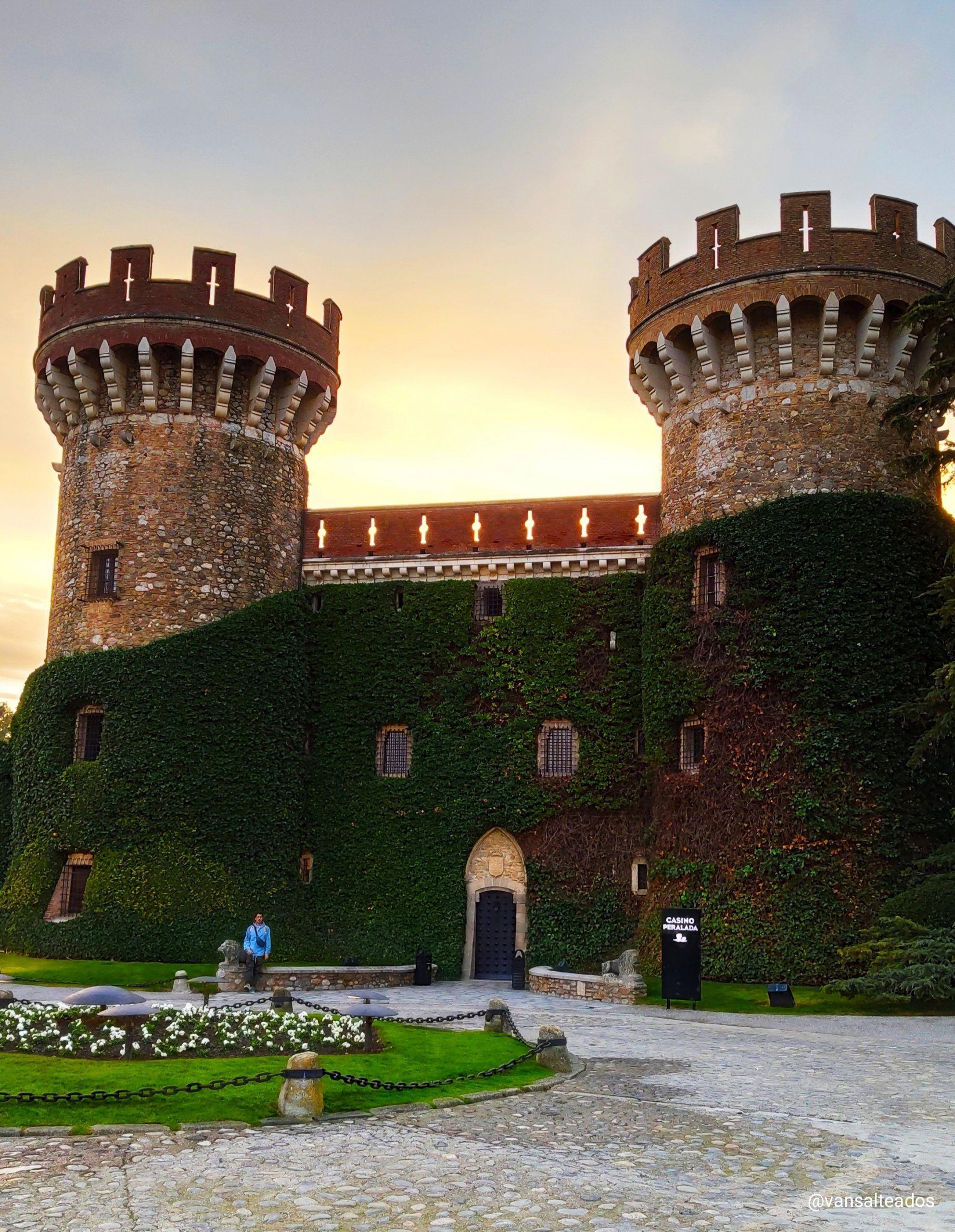 Castillo de Peralada, con sus dos torres y una enredadera en la fachada