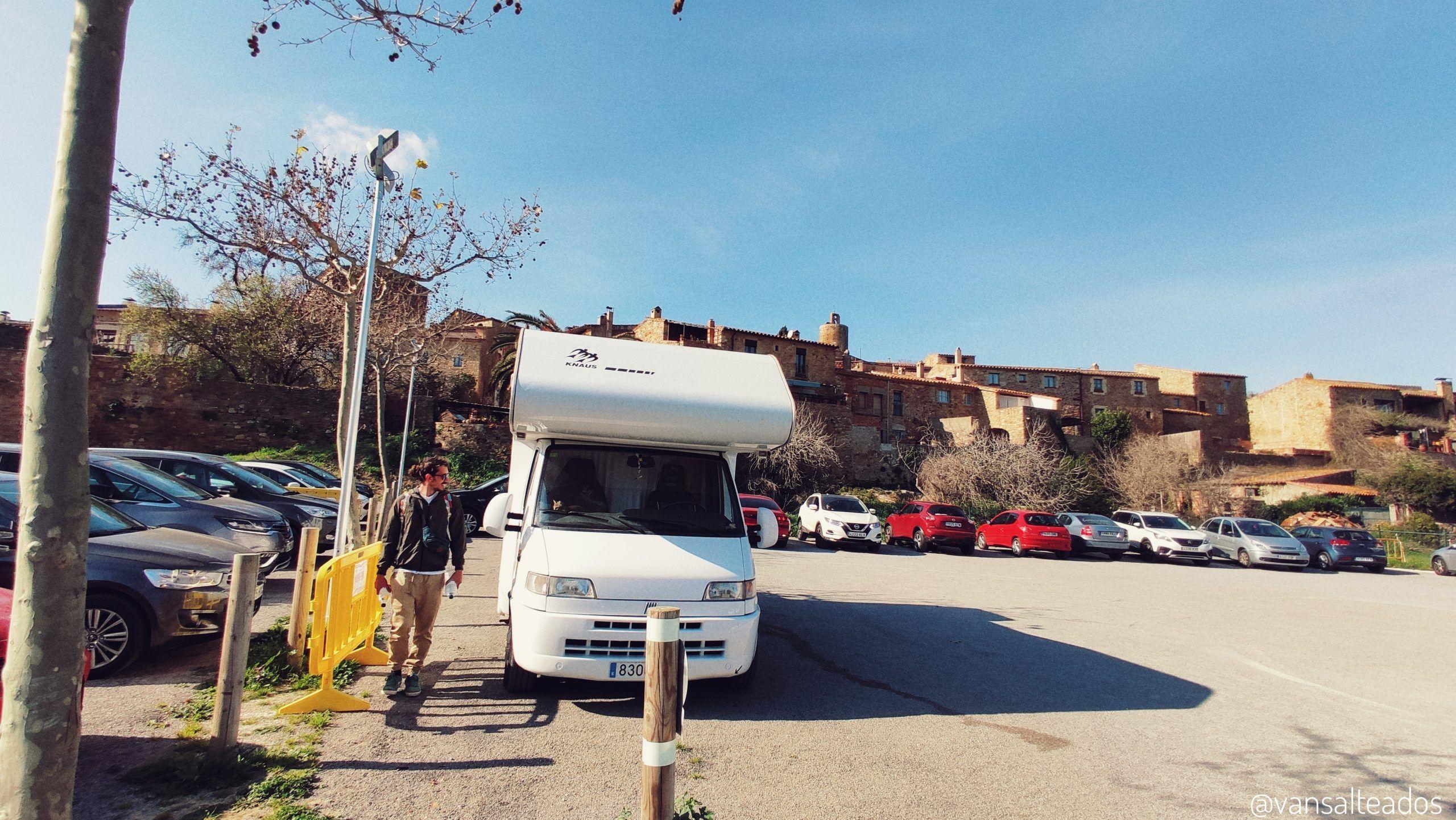 Aparcamiento con coches y nuestra autocaravana en Pals