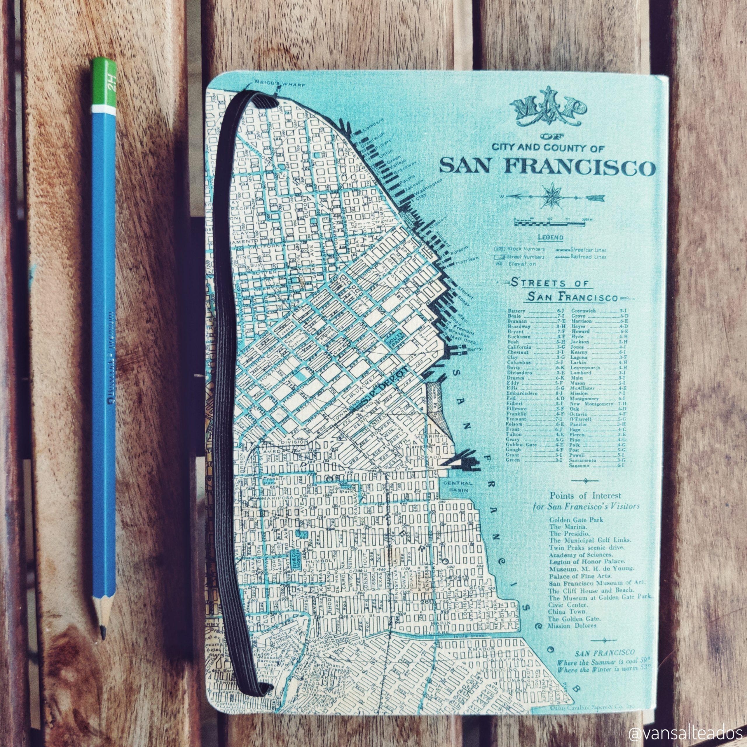 libreta y lápiz sobre una mesa. planifica tu viaje en autocaravana
