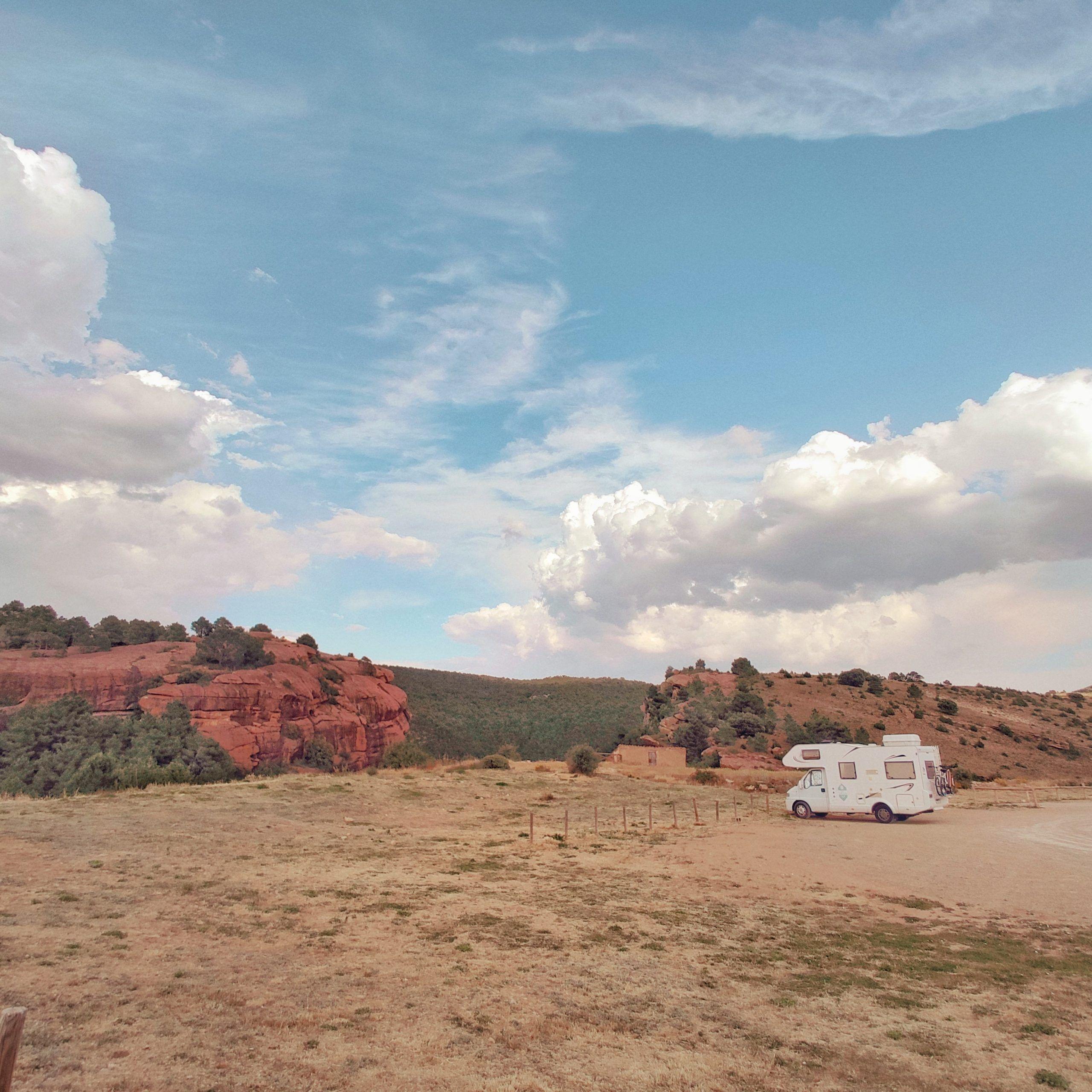 Autocaravana en el Aparcamiento-mirador en Albarracín, Teruel.