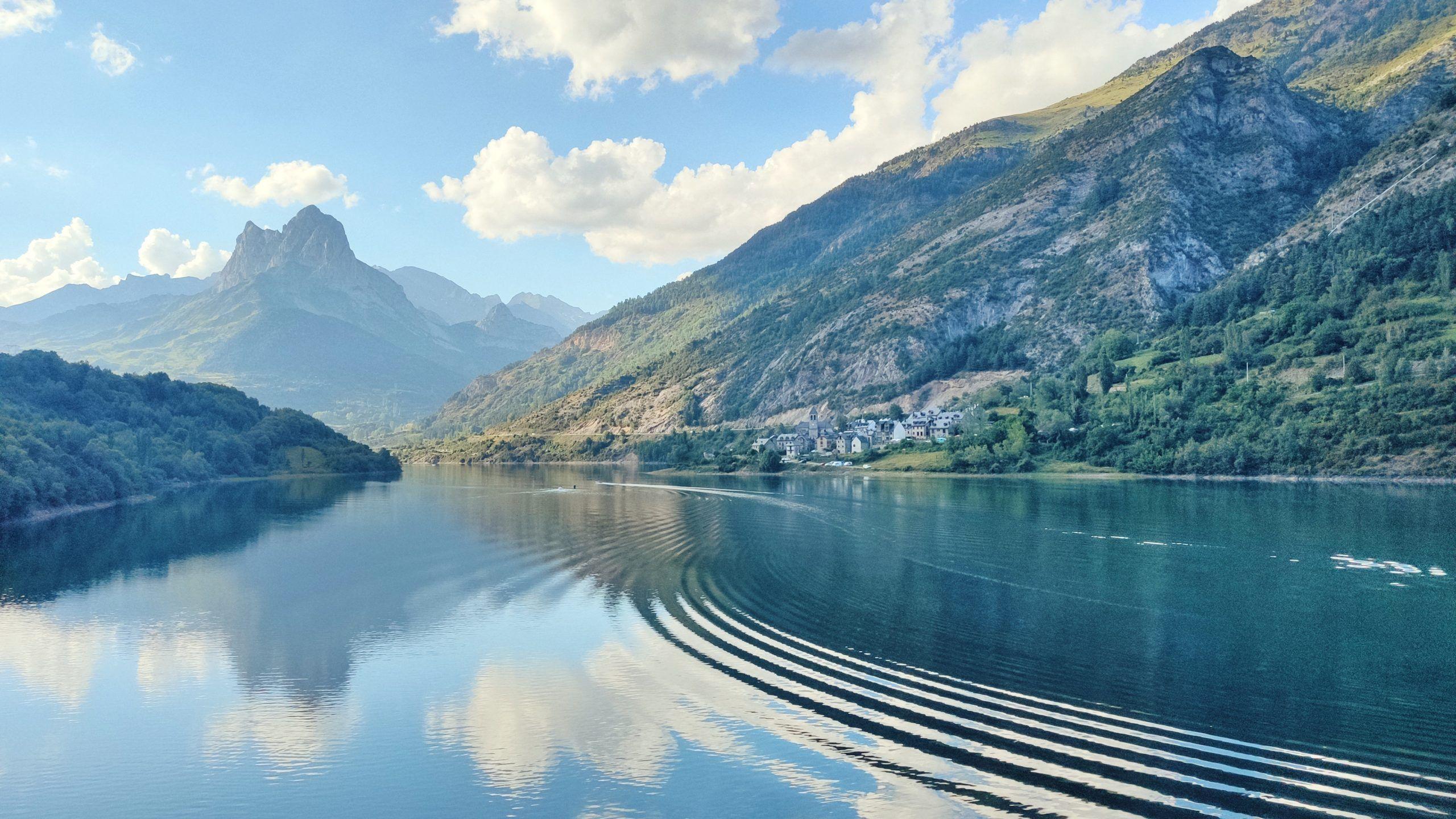 Lago y pueblo de Lanuza
