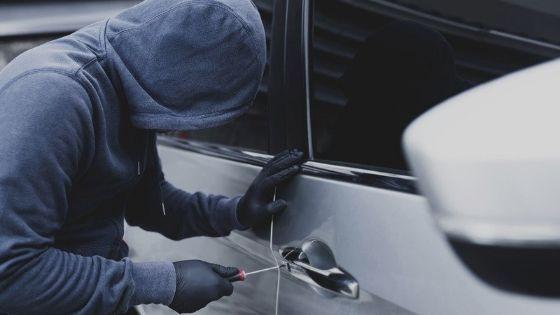 ladrón forzando cerradura de un vehículo